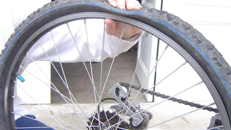 Comment réparer une roue crevée sur son VTT ?
